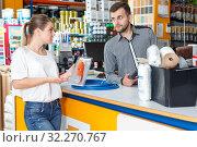 Купить «Male seller discussing with upset female», фото № 32270767, снято 17 мая 2018 г. (c) Яков Филимонов / Фотобанк Лори