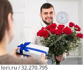 Gentleman is presenting flowers. Стоковое фото, фотограф Яков Филимонов / Фотобанк Лори