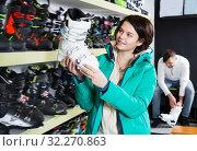 Купить «Ordinary girl choosing ski boots for skiing», фото № 32270863, снято 6 февраля 2018 г. (c) Яков Филимонов / Фотобанк Лори