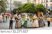 Falleres parading during Falles celebration (2019 год). Редакционное фото, фотограф Яков Филимонов / Фотобанк Лори
