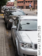 Купить «Cars parked along the sidewalk», фото № 32271535, снято 16 июля 2018 г. (c) Юрий Бизгаймер / Фотобанк Лори