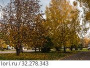 Купить «Осень в городе Вятские Поляны Кировской области», фото № 32278343, снято 5 октября 2019 г. (c) Владимир Федечкин / Фотобанк Лори