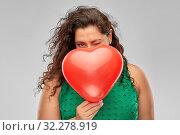 Купить «playful woman holding red heart shaped balloon», фото № 32278919, снято 15 сентября 2019 г. (c) Syda Productions / Фотобанк Лори