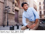Купить «man posing in gothic quarter of Barcelona», фото № 32281547, снято 25 июля 2018 г. (c) Татьяна Яцевич / Фотобанк Лори