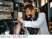 Купить «Crazy scientist conducting an experiment in lab», фото № 32282427, снято 17 июня 2019 г. (c) Tryapitsyn Sergiy / Фотобанк Лори