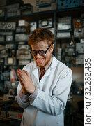 Купить «Crazy male scientist conducts a test in laboratory», фото № 32282435, снято 17 июня 2019 г. (c) Tryapitsyn Sergiy / Фотобанк Лори