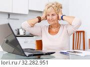 Купить «Woman has difficulties using computer», фото № 32282951, снято 11 июля 2018 г. (c) Яков Филимонов / Фотобанк Лори