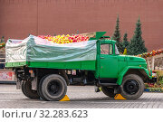 Moscow. Truck with apples in Red Square. Редакционное фото, фотограф Parmenov Pavel / Фотобанк Лори