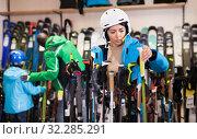 Female skier choosing ski poles. Стоковое фото, фотограф Яков Филимонов / Фотобанк Лори