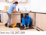 Young male repairman repairing tap. Стоковое фото, фотограф Elnur / Фотобанк Лори