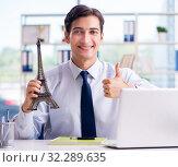 Купить «Sales agent working in travel agency», фото № 32289635, снято 18 сентября 2017 г. (c) Elnur / Фотобанк Лори