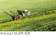 Купить «Сельскохозяйственная техника во время уборки урожая рапса», видеоролик № 32291835, снято 10 апреля 2020 г. (c) Евгений Ткачёв / Фотобанк Лори