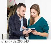 Купить «Woman polling form of marketing research», фото № 32295343, снято 15 января 2019 г. (c) Яков Филимонов / Фотобанк Лори
