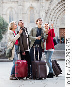 Two couples with baggage sightseeing and smiling. Стоковое фото, фотограф Яков Филимонов / Фотобанк Лори
