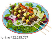 Fried shish-kebab from chicken hearts with avocado and fresh lettuce. Стоковое фото, фотограф Яков Филимонов / Фотобанк Лори