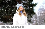 Купить «happy smiling woman walking along winter park», видеоролик № 32296343, снято 13 ноября 2019 г. (c) Syda Productions / Фотобанк Лори