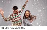 Купить «happy couple dancing at christmas party», видеоролик № 32296359, снято 13 ноября 2019 г. (c) Syda Productions / Фотобанк Лори