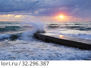 Чёрное море, закат. Волна разбивается о пирс. Стоковое фото, фотограф Dmitry29 / Фотобанк Лори