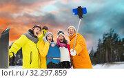 Купить «happy friends with snowboards and smartphone», фото № 32297859, снято 7 февраля 2015 г. (c) Syda Productions / Фотобанк Лори