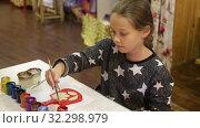 Девочка раскрашивает краской сувенирную доску. Стоковое видео, видеограф Игорь Долгов / Фотобанк Лори
