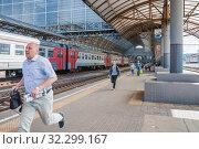 Купить «Пассажиры, бегущие на электричку», фото № 32299167, снято 3 августа 2015 г. (c) Алёшина Оксана / Фотобанк Лори