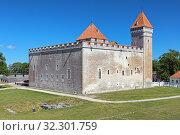 Купить «Епископский замок в городе Курессааре на острове Сааремаа в Эстонии», фото № 32301759, снято 23 июня 2017 г. (c) Михаил Марковский / Фотобанк Лори