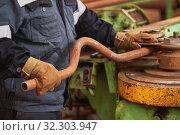 Купить «worker bending steel pipe on bending machine», фото № 32303947, снято 24 июля 2019 г. (c) Дмитрий Калиновский / Фотобанк Лори