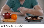 Купить «Fruits is very good cake is evil», видеоролик № 32304871, снято 10 декабря 2019 г. (c) Константин Шишкин / Фотобанк Лори