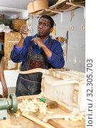 Купить «Craftsman restoring old chest of drawers», фото № 32305703, снято 2 февраля 2019 г. (c) Яков Филимонов / Фотобанк Лори
