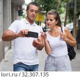 Купить «Man helping female to find right way», фото № 32307135, снято 19 августа 2019 г. (c) Яков Филимонов / Фотобанк Лори