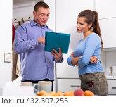 Купить «Man courier with card-board is delivering order for young woman», фото № 32307255, снято 6 апреля 2020 г. (c) Яков Филимонов / Фотобанк Лори