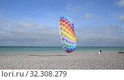 Купить «Multicolored air kite in the sky in Atlantic ocean», видеоролик № 32308279, снято 16 октября 2019 г. (c) Ирина Аринина / Фотобанк Лори