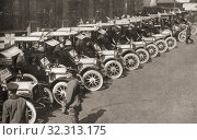 A row of taxi cabs waiting to take Automobile Association offiers and patrols to the White City to form the nucleus of a new cyclist battalion, the Army... Стоковое фото, фотограф Classic Vision / age Fotostock / Фотобанк Лори