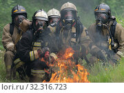 Купить «Firefighters of Fire Department of Federal Fire Service in Kamchatka Territory during fire extinguishing, training to overcome fire zone of psychological training for firefighters», фото № 32316723, снято 7 августа 2019 г. (c) А. А. Пирагис / Фотобанк Лори