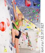 Купить «Female climbing artificial rock wall», фото № 32317927, снято 9 июля 2018 г. (c) Яков Филимонов / Фотобанк Лори