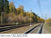 Купить «Железная дорога осенним солнечным днем», фото № 32322535, снято 14 октября 2018 г. (c) Елена Коромыслова / Фотобанк Лори