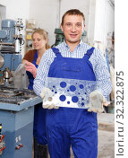Купить «Male glazier showing drilled glass», фото № 32322875, снято 10 сентября 2018 г. (c) Яков Филимонов / Фотобанк Лори