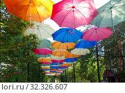 Купить «Разноцветные яркие зонтики висят над улицей Маяковского в Жуковском», фото № 32326607, снято 9 сентября 2019 г. (c) Natalya Sidorova / Фотобанк Лори