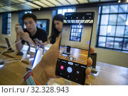 Visitors to the Samsung 837 showroom in the Meatpacking District in New York admire the Samsung Galaxy Note 10 smartphone on Saturday, August 10, 2019... Редакционное фото, фотограф Richard Levine / age Fotostock / Фотобанк Лори