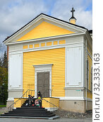 Young people on steps of Old Church in fall. Youth subcultures. Tampere, Finland (2019 год). Редакционное фото, фотограф Валерия Попова / Фотобанк Лори