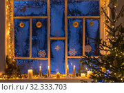 Christmas decorations on old wooden window. Стоковое фото, фотограф Майя Крученкова / Фотобанк Лори