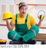 Купить «Worker showing the importnace of wearing noise cancelling headph», фото № 32335351, снято 14 декабря 2017 г. (c) Elnur / Фотобанк Лори