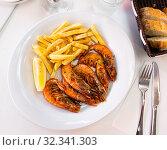 Купить «Fried shrimp with lemon and french fries», фото № 32341303, снято 21 ноября 2019 г. (c) Яков Филимонов / Фотобанк Лори