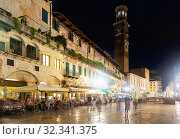 Busy tourist area of Verona at night. Стоковое фото, фотограф Яков Филимонов / Фотобанк Лори