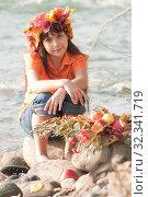 Купить «Осенний портрет девочки на берегу реки», фото № 32341719, снято 26 октября 2019 г. (c) WalDeMarus / Фотобанк Лори