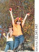 Купить «Две девочки с яблоками в руках», фото № 32341947, снято 26 октября 2019 г. (c) WalDeMarus / Фотобанк Лори