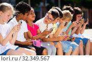 Купить «Eight kidsare chatting on their smartphone on walking», фото № 32349567, снято 8 апреля 2020 г. (c) Яков Филимонов / Фотобанк Лори