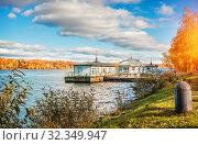 Купить «Пристань на воде в Плесе wooden building of the pier  in Plyos», фото № 32349947, снято 5 октября 2019 г. (c) Baturina Yuliya / Фотобанк Лори