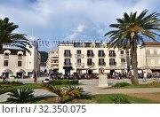 Купить «Tivat, Montenegro - June 10. 2019. People have a rest on the embankment», фото № 32350075, снято 10 июня 2019 г. (c) Володина Ольга / Фотобанк Лори