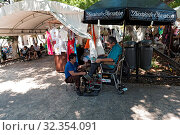 Купить «Shoe cleaner in the Plaza Grande Park in Merida, Yucatan, Mexico.», фото № 32354091, снято 25 января 2020 г. (c) age Fotostock / Фотобанк Лори